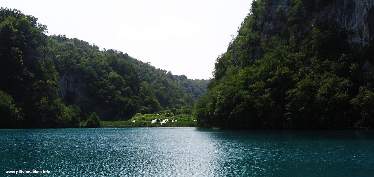 Crossing Kaluđerovac lake @ Plitvice Lakes, views towards Gavanovac